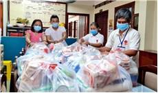 Ðức Tổng tặng quà cho các giáo xứ tại Sài Gòn