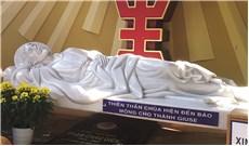 Các bức tượng lạ về Thánh Cả