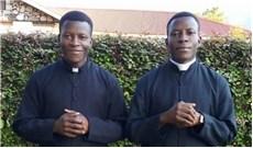 Anh em sinh đôi thụ phong linh mục cùng ngày tại Uganda