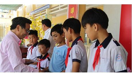 Trao 100 suất học bổng cho con em gia đình chính sách tại hai xã vùng sâu huyện Tháp Mười