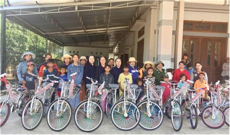 Nhật ký của 40 chiếc xe đạp và 200 phần quà cho bà con sắc tộc