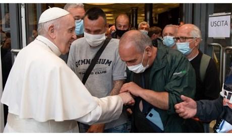 Đức Thánh Cha gặp gỡ người vô gia cư và tị nạn sau buổi chiếu phim