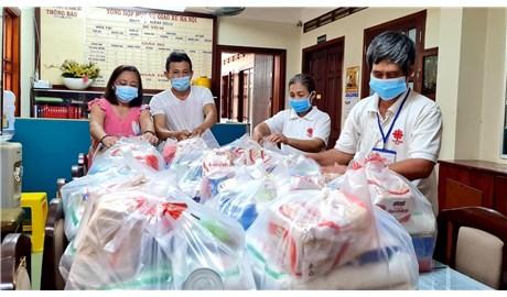 Đức Tổng tặng quà cho các giáo xứ tại Sài Gòn