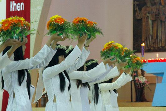 Rộn rã mùa dâng hoa - Ảnh minh hoạ 4