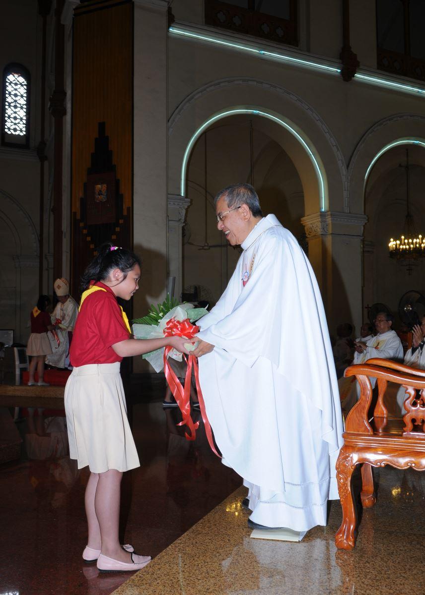 Ngài nhận hoa chúc mừng từ cộng đoàn giáo xứ