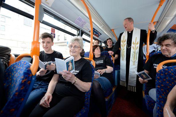 Nhà thờ trên xe buýt - Ảnh minh hoạ 3