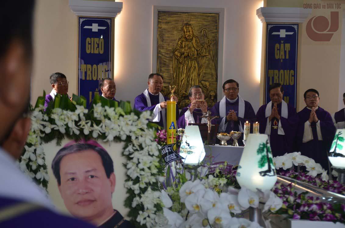 Giám mục Đệ dâng lễ cầu nguyện