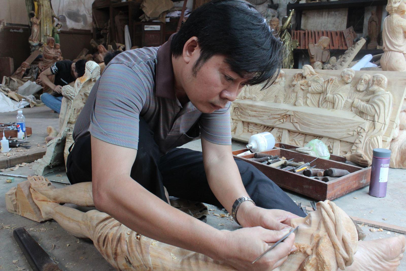 Người thổi hồn cho tượng gỗ
