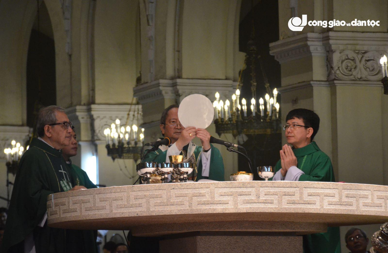 phái đoàn Tòa Thánh dâng lễ tại nhà thờ Đức Bà Sài Gòn