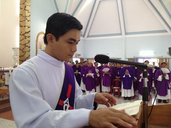 Có nên đọc Phúc Âm cùng với phó tế hay tư tế trong thánh lễ?